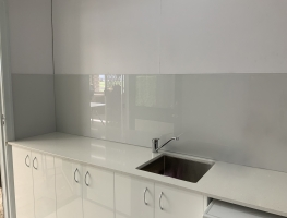 Dulux Peplum with Super Sparkle Laundry Glass Splashback